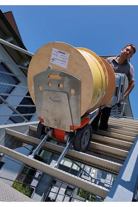 CargoMaster Sube-escaleras Eléctrica CC200 Carretilla Manual con mercancía voluminosa y pesada