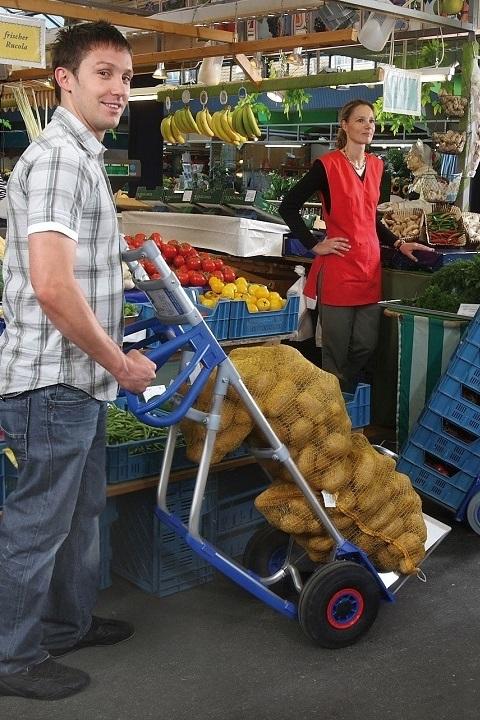 Carretilla Manual EXPRESSO Aluminio Mangos Ergonómicos Pala Grande cargada con sacos de papas en el mercado