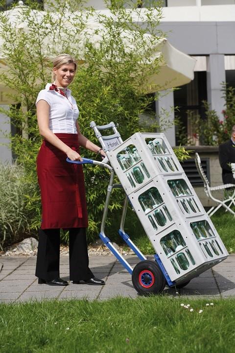 Carretilla Manual 'Favorita' más vendida en ación con pala grande y ruedas neumáticas cargada con mercancía