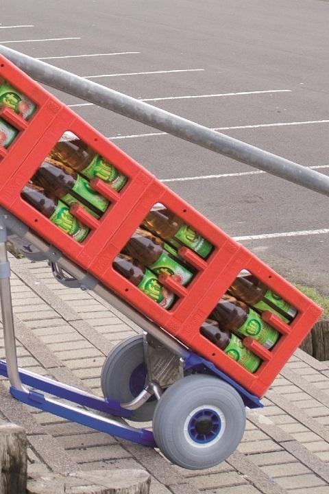 Carretilla Manual Pala Pequeña 'Favorita' Ruedas Impinchables 'AIRLEX' EXPRESSO Aluminio Llena con cajas de bebidas